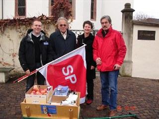 René Umher, Präsident SP Dornach mit Otto Stich, Evelyn Borer, Präsidentin SP Kanton Solothurn und Roberto Zanetti
